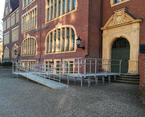 Rollstuhlrampe am Eingang der Schule