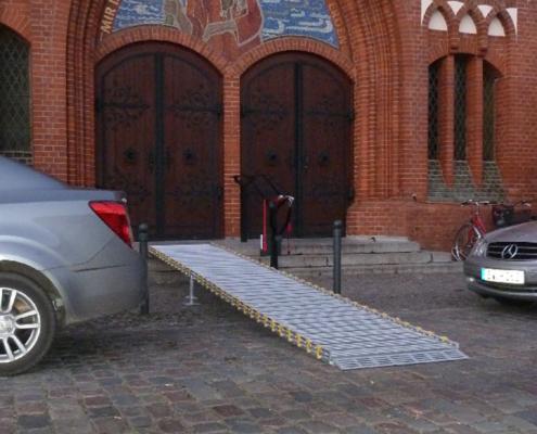 Rollstuhlrampe an der Kirche