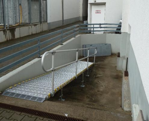 Rollstuhlrampe am Hintereingang vom Theater am Kurfürsten Damm