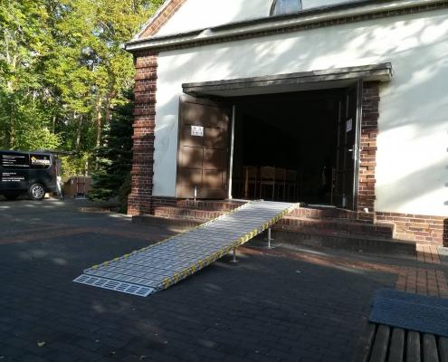 Rollstuhlrampe an der Kapelle vom Friedhof