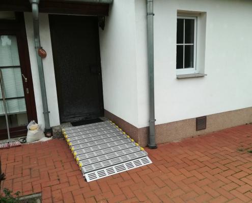 Kurze Rollstulrampe am Hauseingang