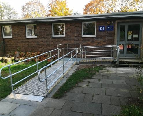 Rollstuhlrampe an der Schule am Eingang zur Turnhalle
